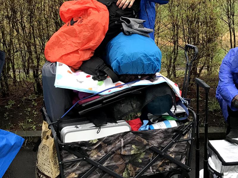 アラバキでキャリーワゴンにキャンプ道具を積んでいる