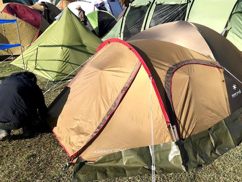 アラバキでテントを張っている様子