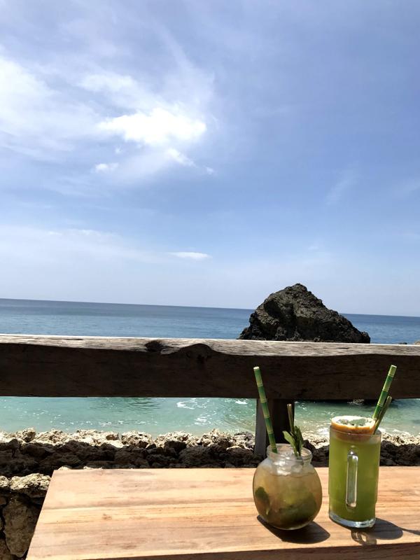 お酒を飲みながら海を楽しむ