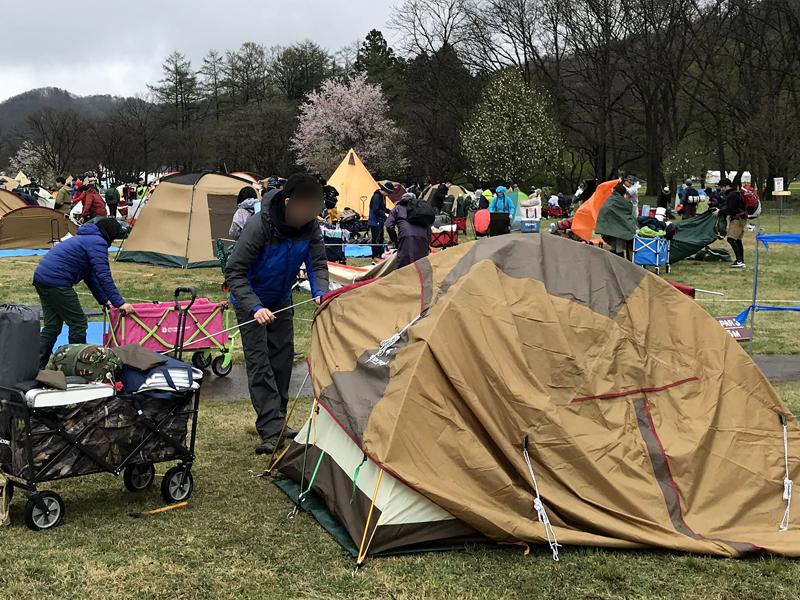 アラバキキャンプサイトでテントを張っている様子