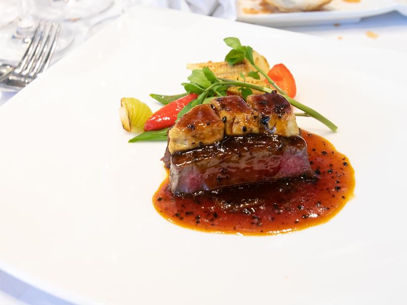 横浜モノリスのメイン料理、和牛とフォアグラ