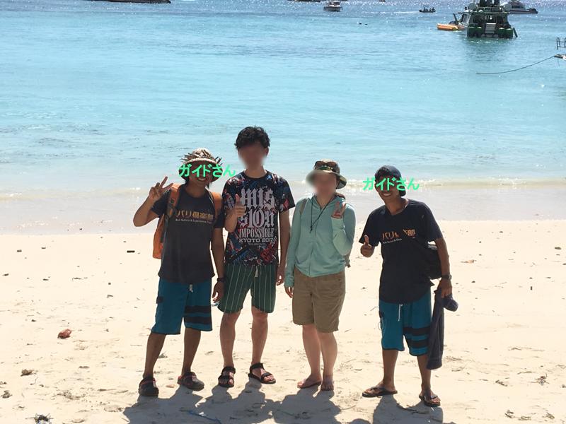 レンボンガン島のビーチでバリ人ガイドさんと写真