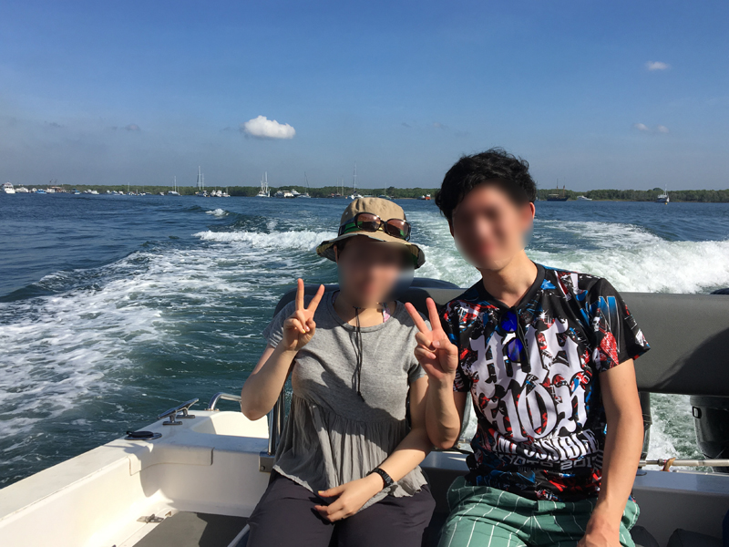 レンボンガン島に向かうボート