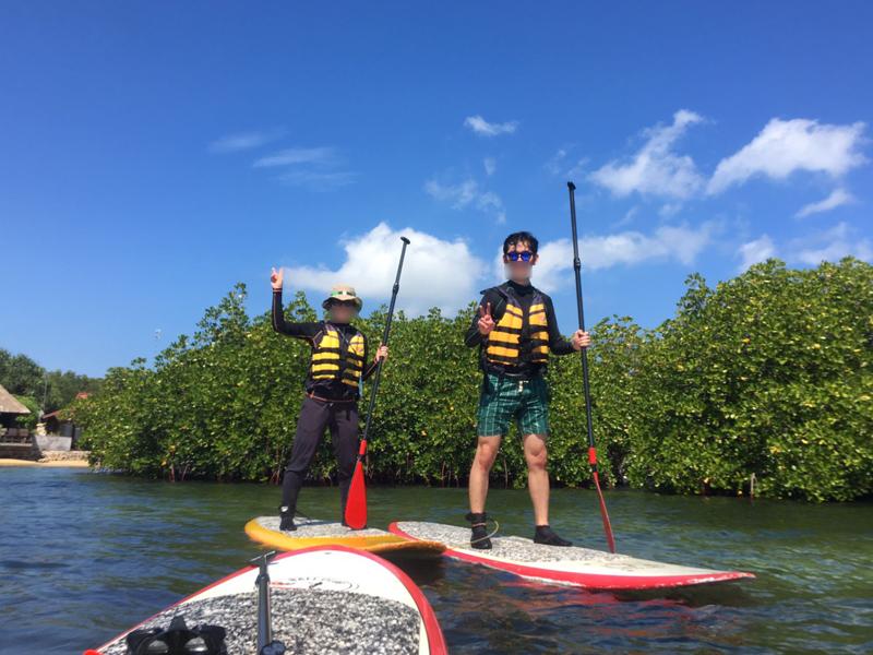 レンボンガン島マングローブ探検ツアーSUPで立っているところ