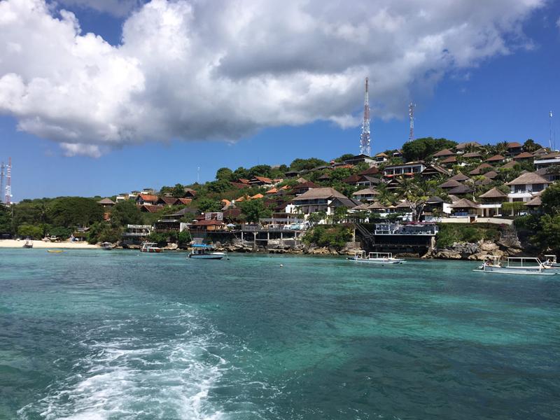 レンボンガン島のきれいな海