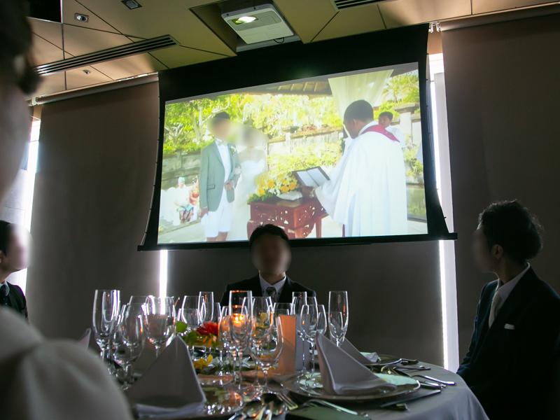 バリ島結婚式のムービーを見てもらっている様子