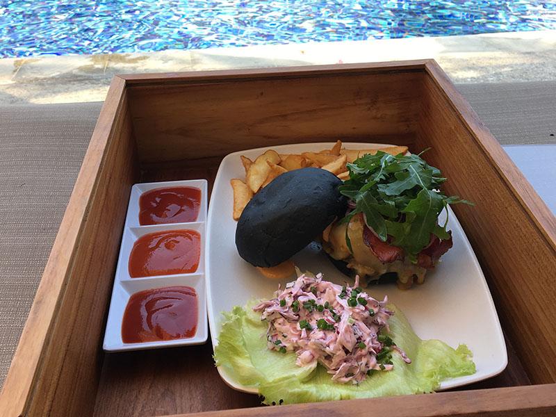 リンバ のプールでハンバーガー