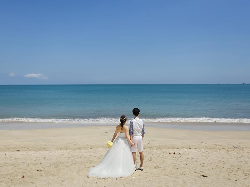 バリ島のビーチでウェディングフォト