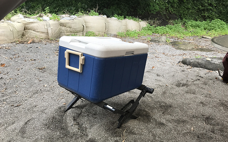 STEP CAMP BASE油壺で貸してもらえたクーラーボックススタンド