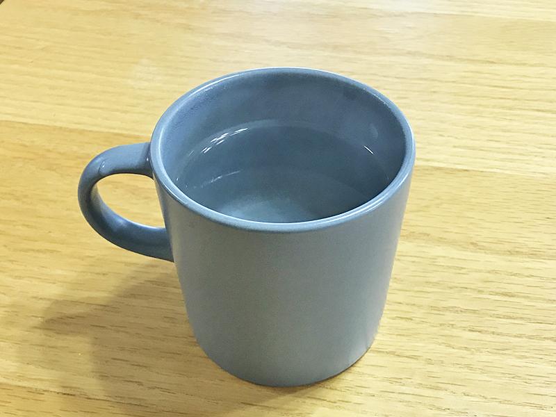 マグカップに入った白湯