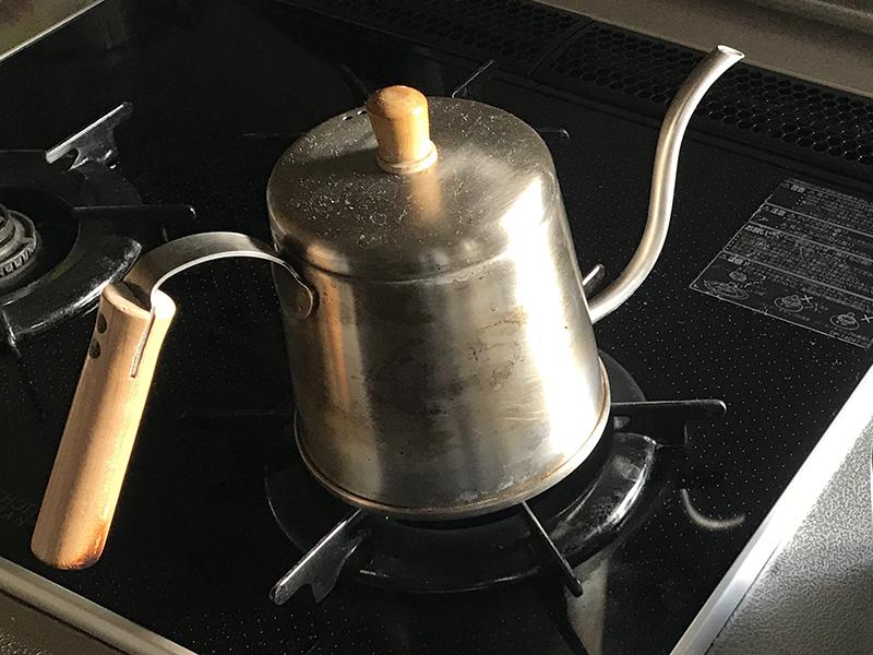 ケトルでお湯を沸かす