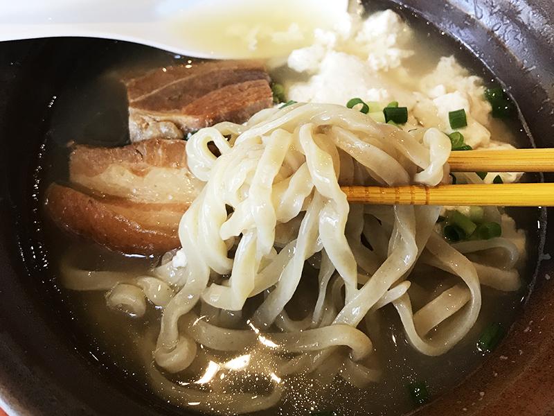 玉那覇ウシ商店の月桃葉入り麺