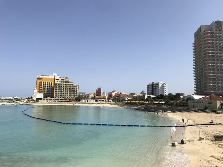 サンセットビーチから見るベッセルホテルカンパーナ沖縄