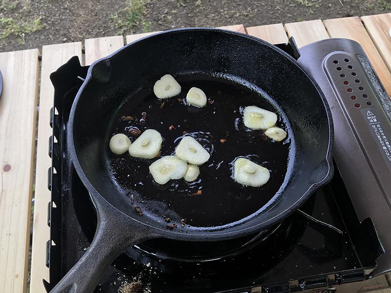 鉄スキレットでニンニクを熱する