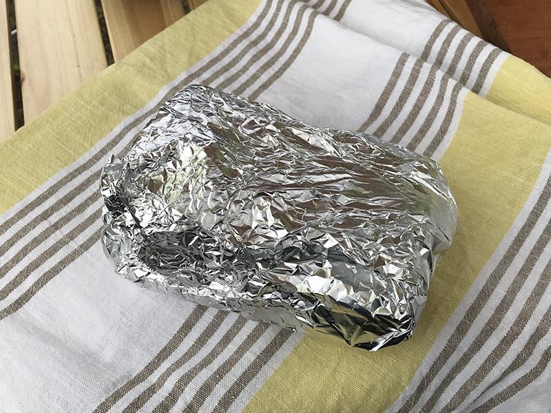 豚肩ロース肉をホイルとタオルで包み保温加熱する